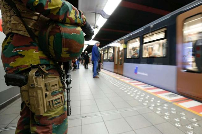 """Belgio, vicepremier: """"Stiamo dando la caccia a dieci kamikaze armati di Kalashnikov"""""""