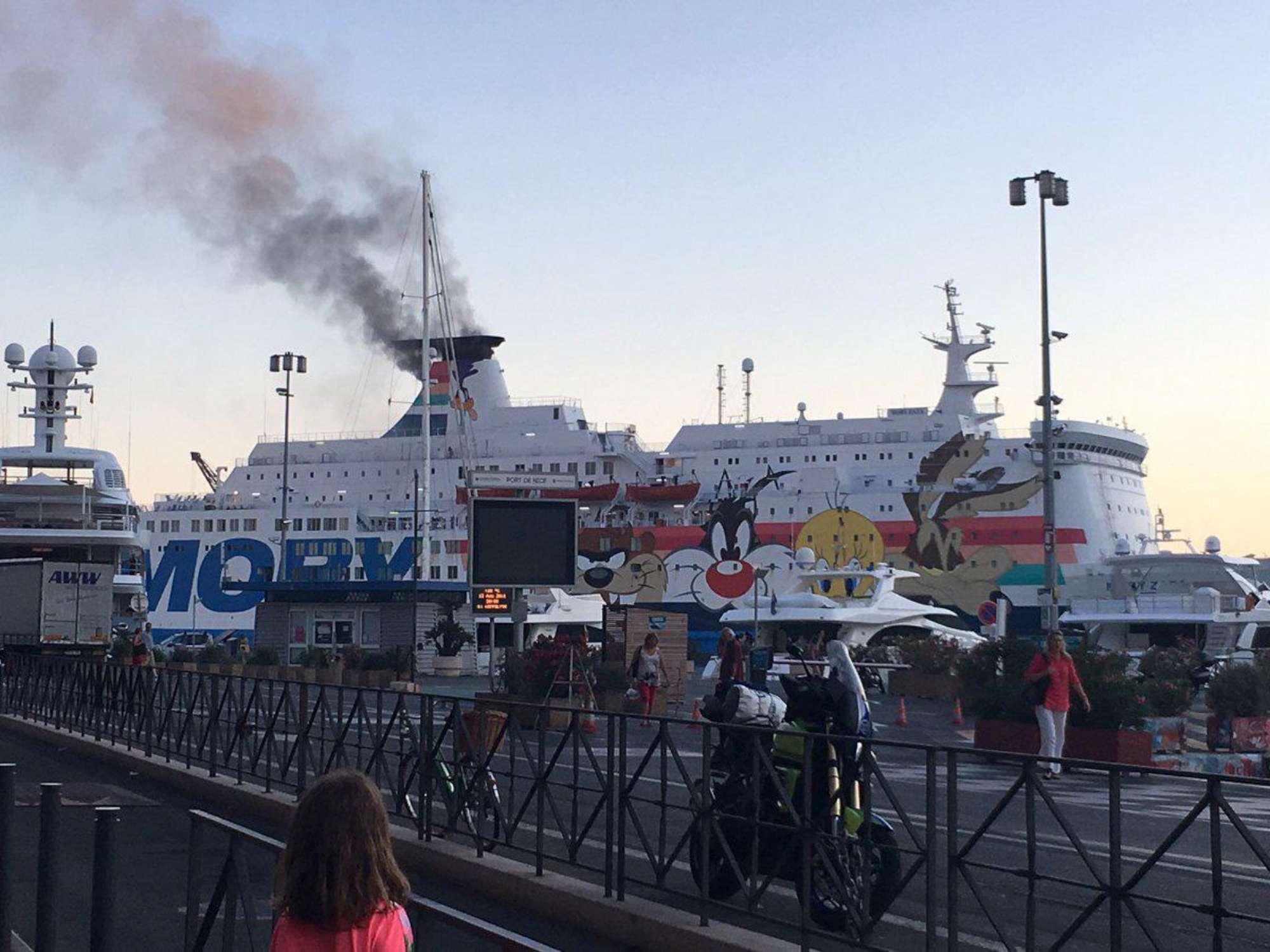 Nizza incendio su una nave della Moby Lines fiamme in sala macchine ferito un membro dell equipaggio Tg 24