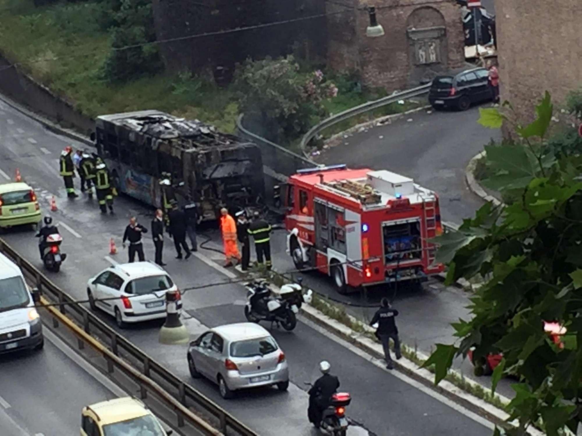 Bus in fiamme nel centro di Roma: è panico