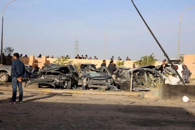 Attentato in Libia, camion bomba contro una caserma della polizia: 74 morti