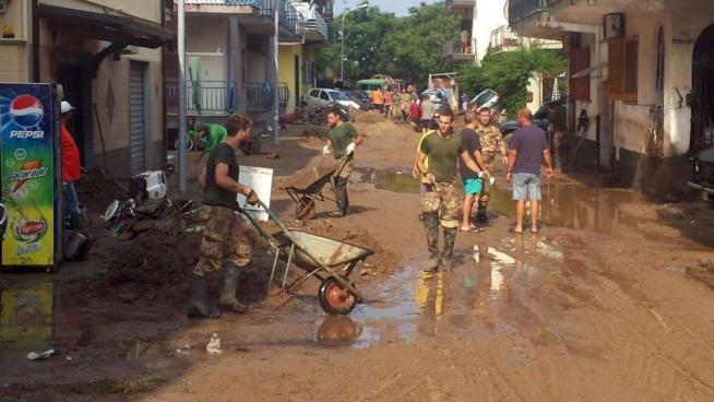 Alluvione in Calabria, si contano i danni Rimozione delle auto, ipotesi sciacallaggio