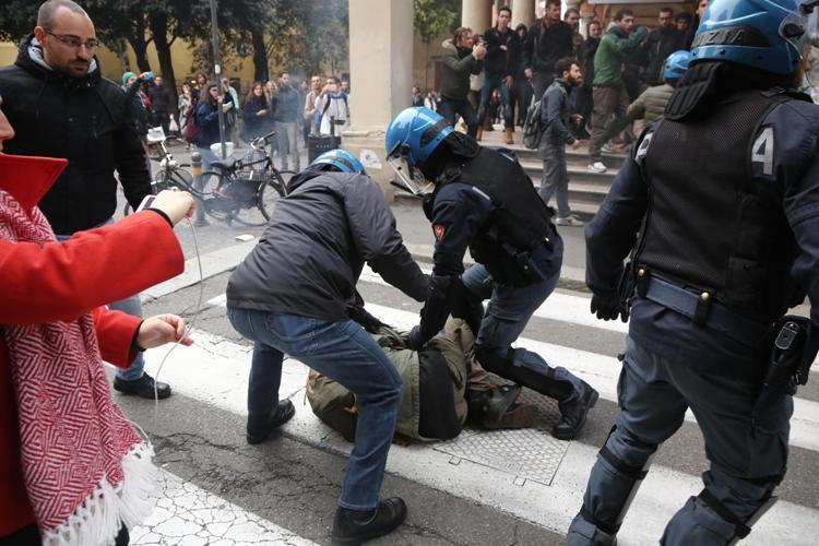 Nuovi scontri per 'caro mensa' a Bologna