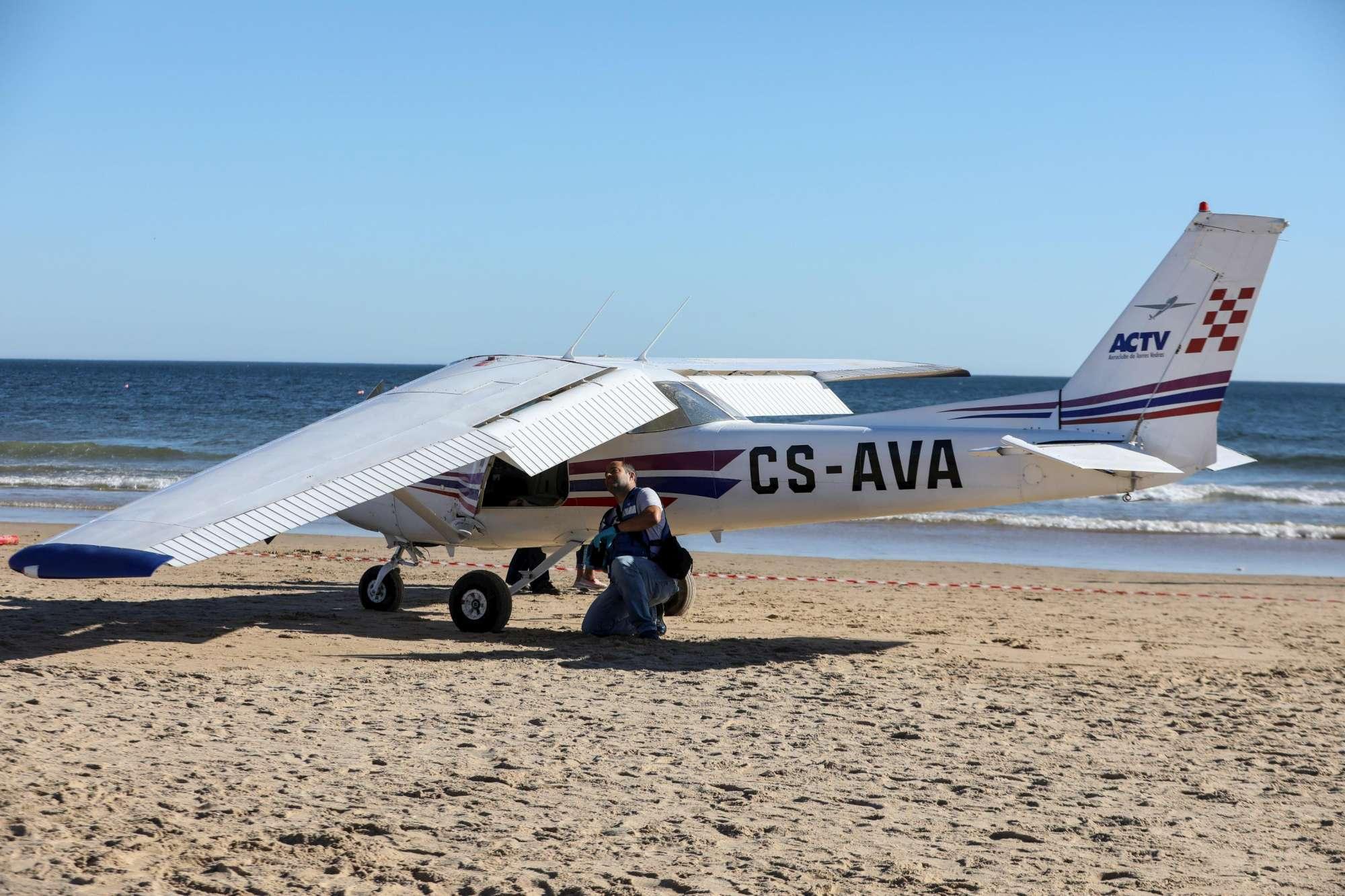 Orrore in Portogallo: l'aereo atterra in spiaggia e uccide un uomo e una bimba