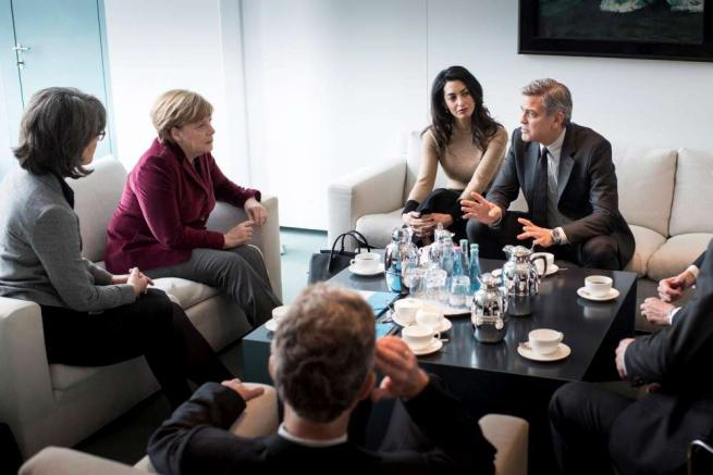 George Clooney e Amal, un caffè con Angela Merkel
