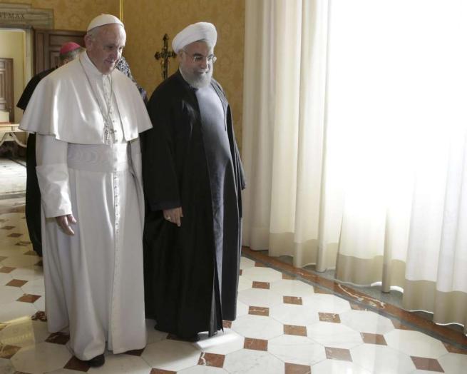 """Rohani incontra il Papa: """"Preghi per me"""" Francesco: """"Iran fondamentale per la pace"""""""