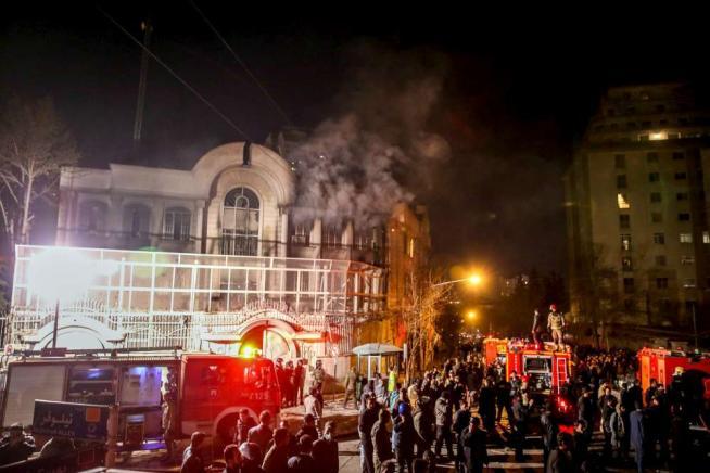 Rabbia sciita in Iran, assaltata l'ambasciata saudita a Teheran