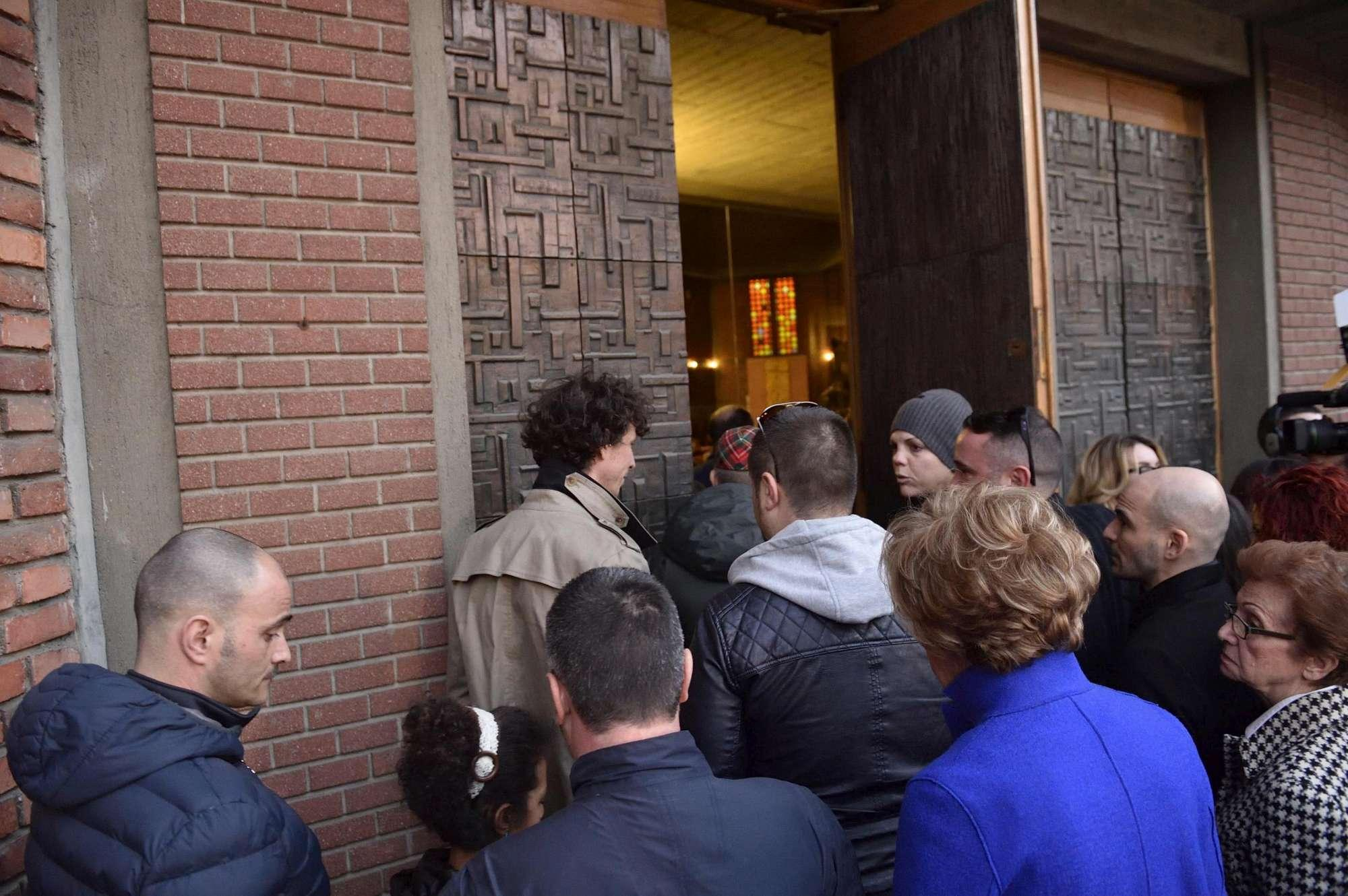 Milano, folla commossa in chiesa per l'addio a Dj Fabo