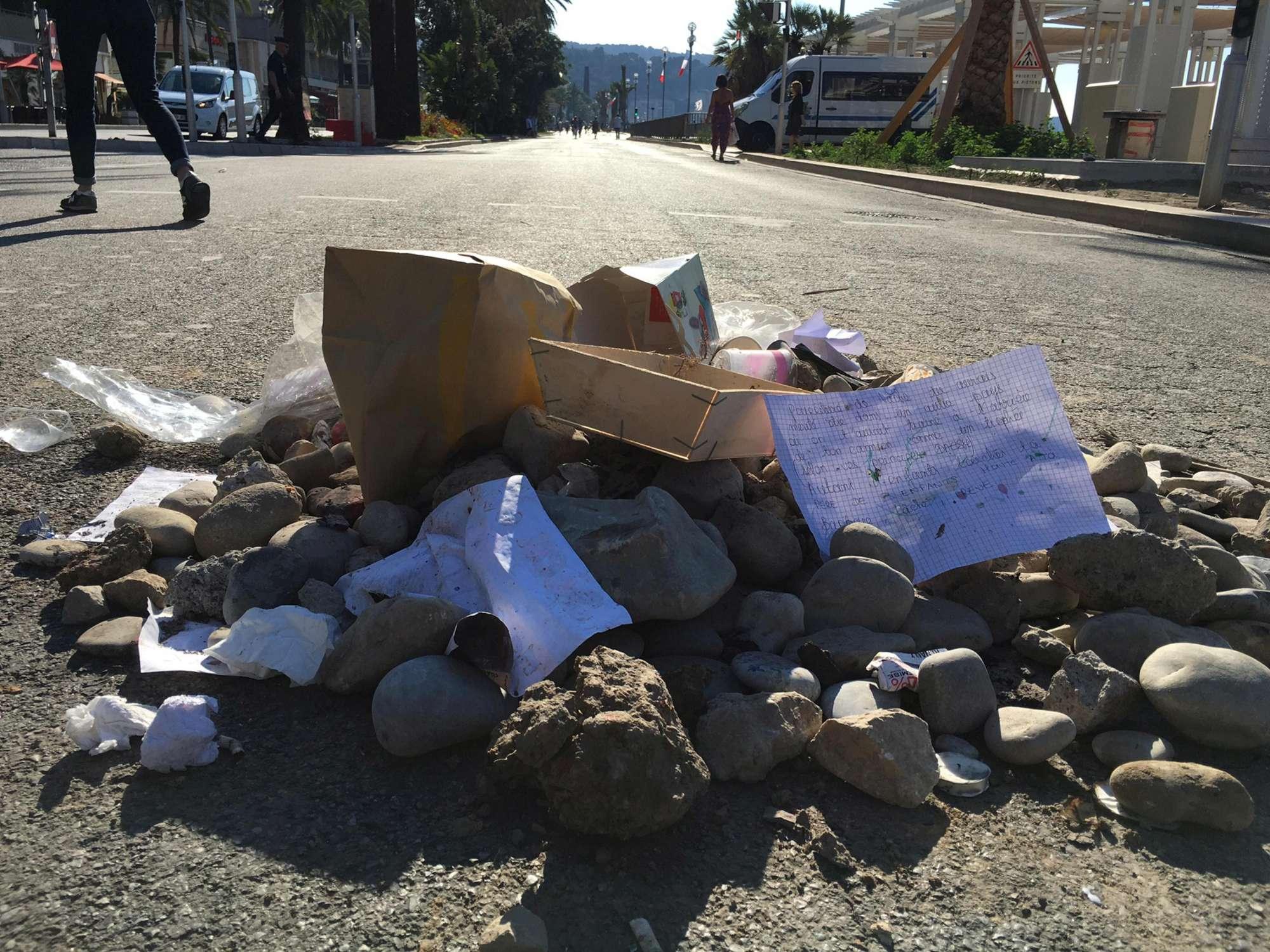 Nizza, fiori per le vittime e spazzatura per il carnefice