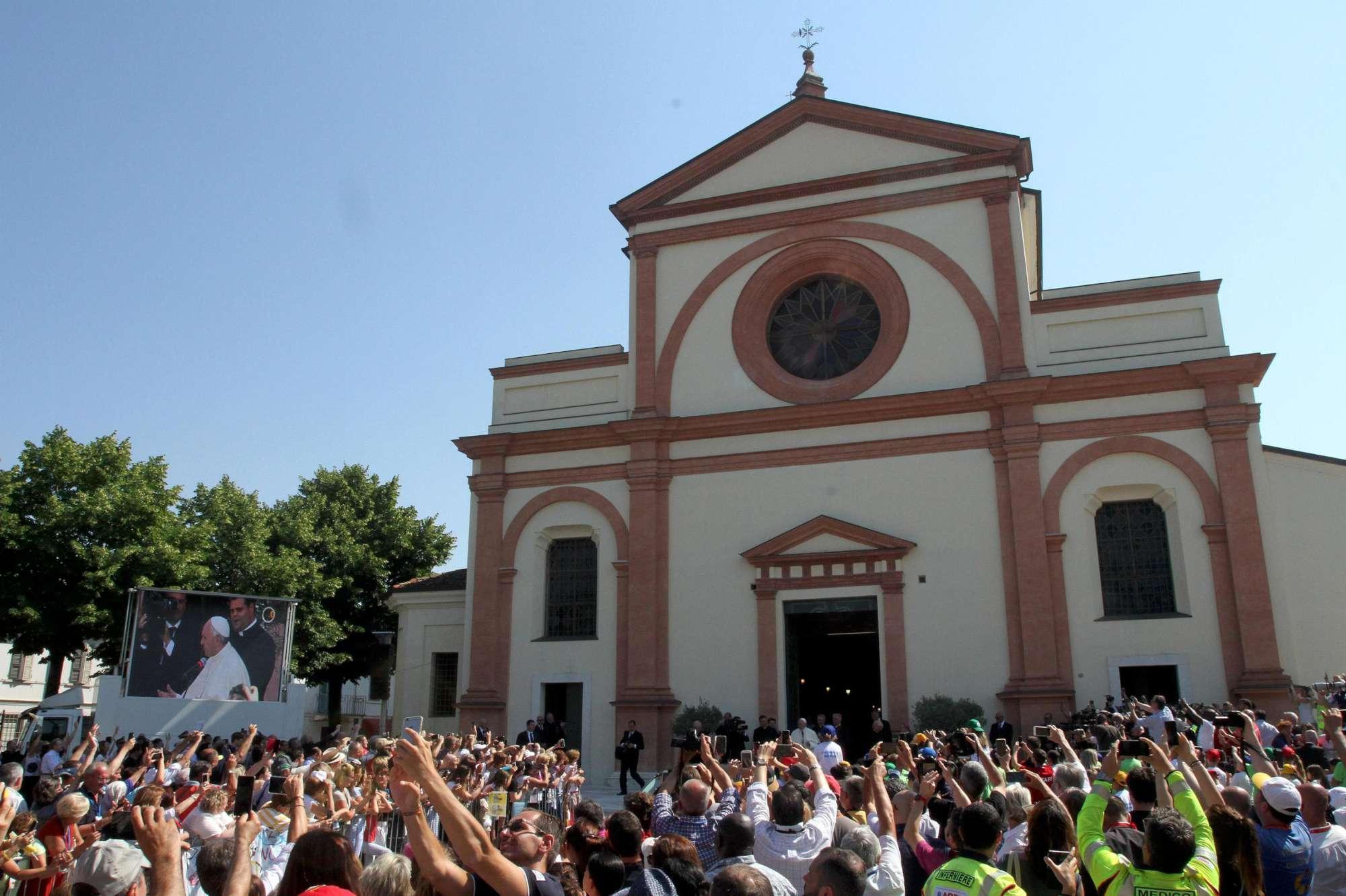 Papa Francesco sulle tombe di don Milani e don Mazzolari