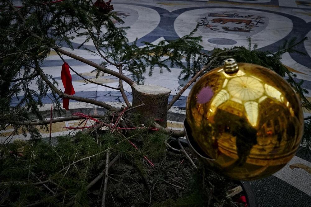 L'albero di Natale nella Galleria Umberto 1 segato e rubato