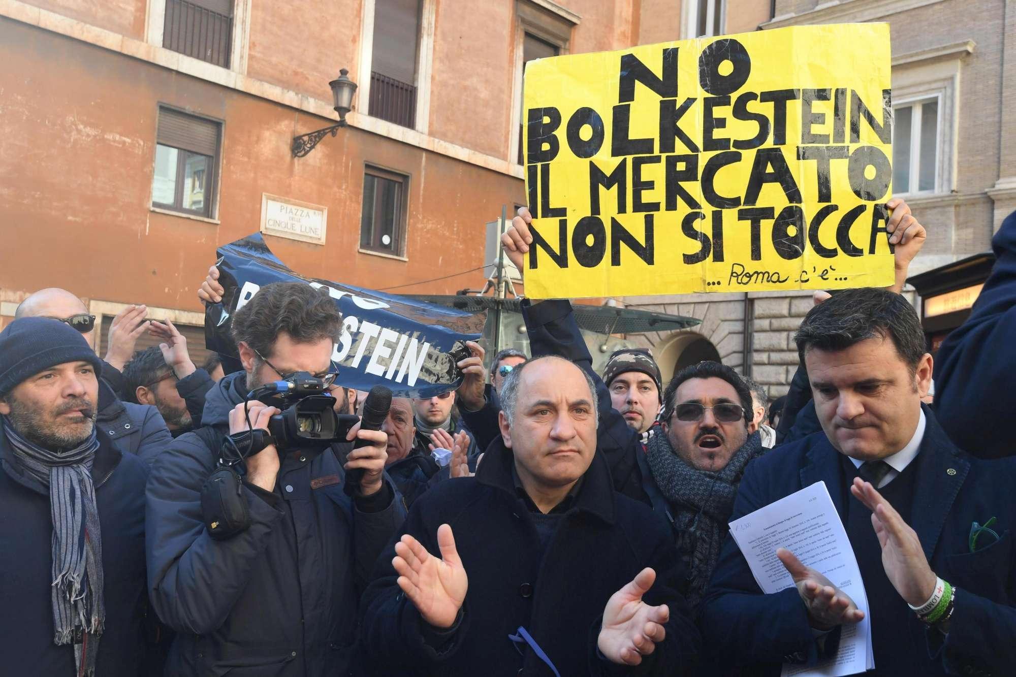 I tassisti di Roma protestano contro Uber: città bloccata