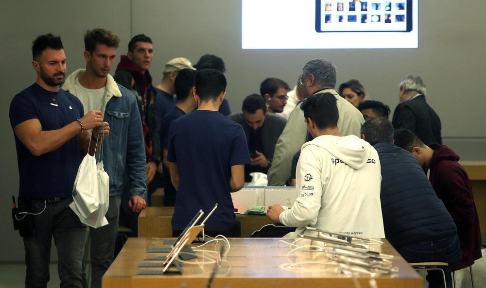 iPhoneX, le foto di chi l ha già acquistato e le file davanti agli Apple Store del mondo