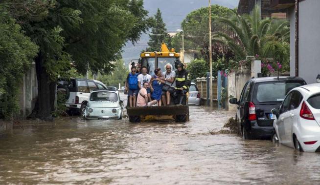 Nubifragio in Calabria, strade allagate A Rossano evacuate 500 persone