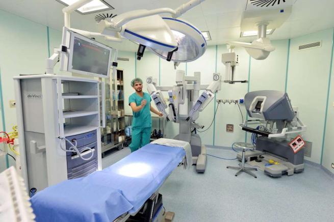 """Chirurgia di precisione, il robot Da Vinci """"esordisce"""" in sala operatoria"""