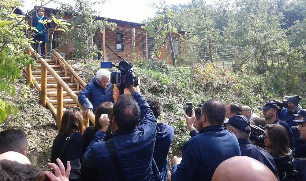 Terremoto, è arrivato il giorno dello sfratto: nonna Peppina lascia la casetta in lacrime