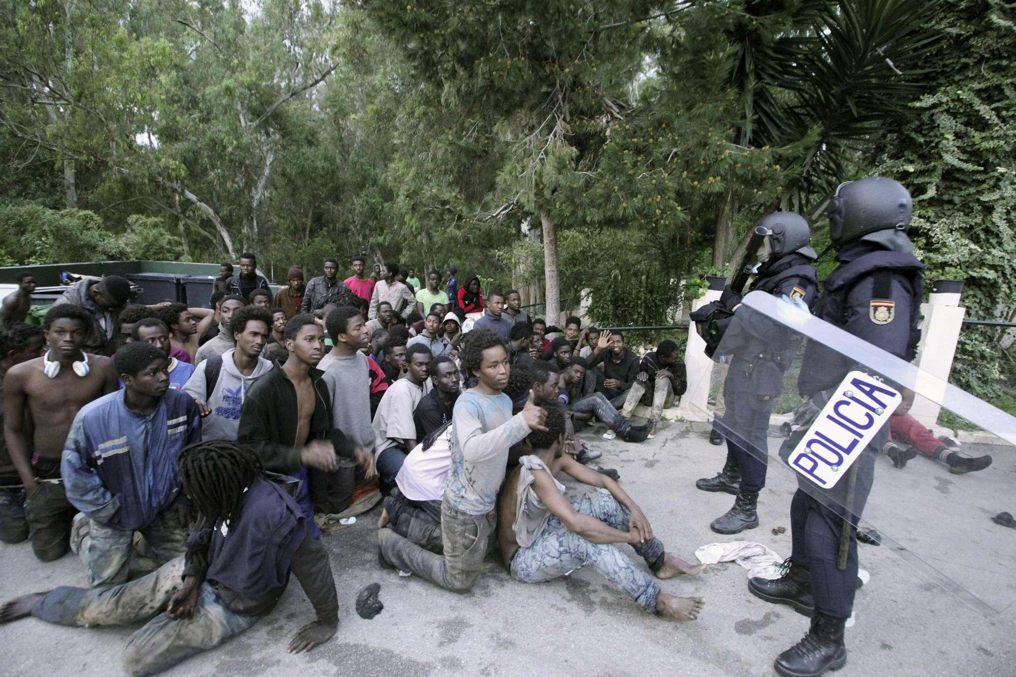 Migranti, in centinaia sfondano il