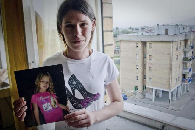 """Caivano, Fortuna ha subito abusi sessuali La mamma: """"Giustizia o la faccio da me"""""""