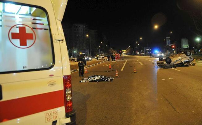 Auto tamponata si schianta contro un semaforo a Torino: morti 3 ragazzi