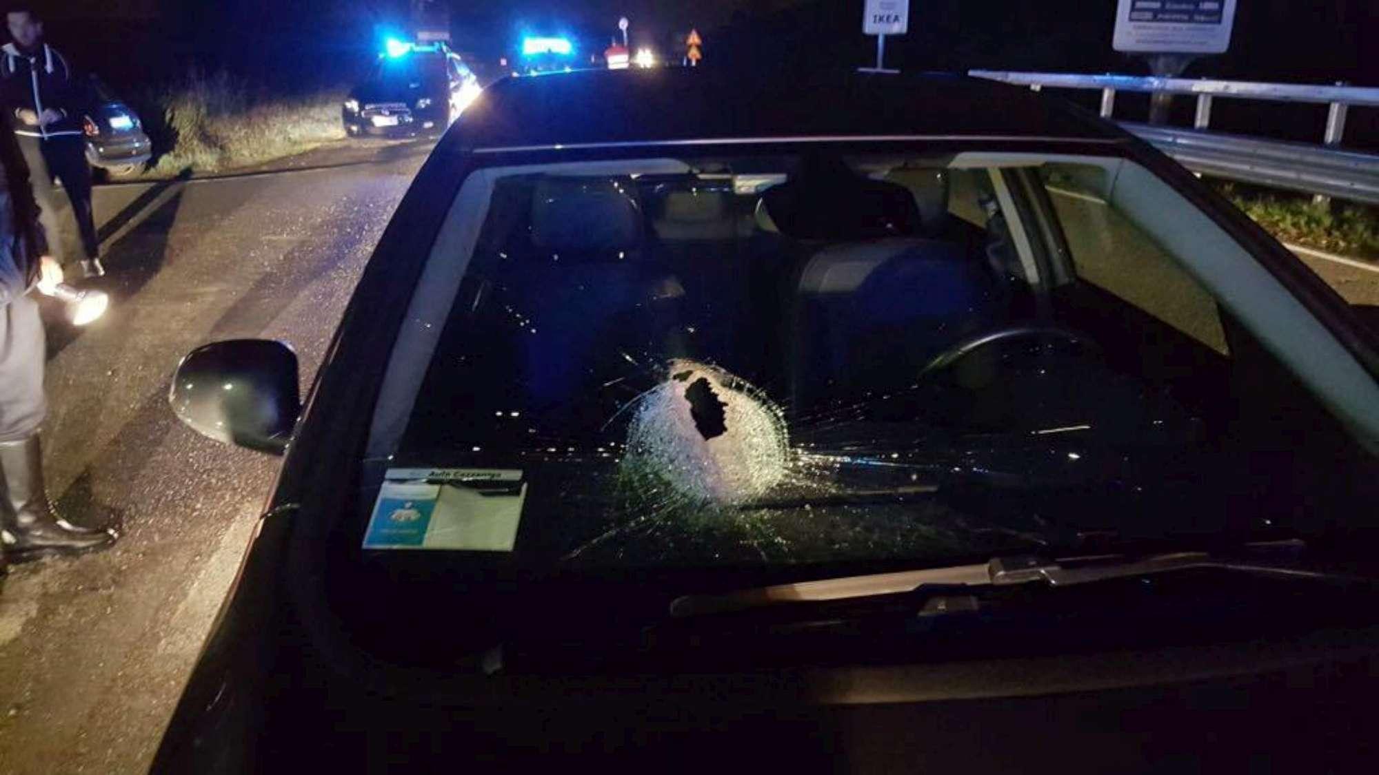 Cernusco sul Naviglio, sasso lanciato su un auto: donna muore per lo shock