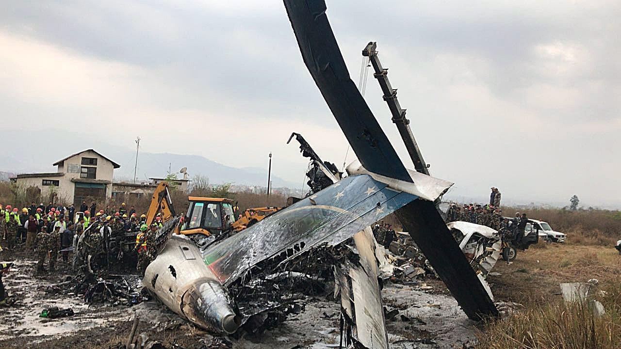 Nepal, aereo in fiamme si schianta al suolo: