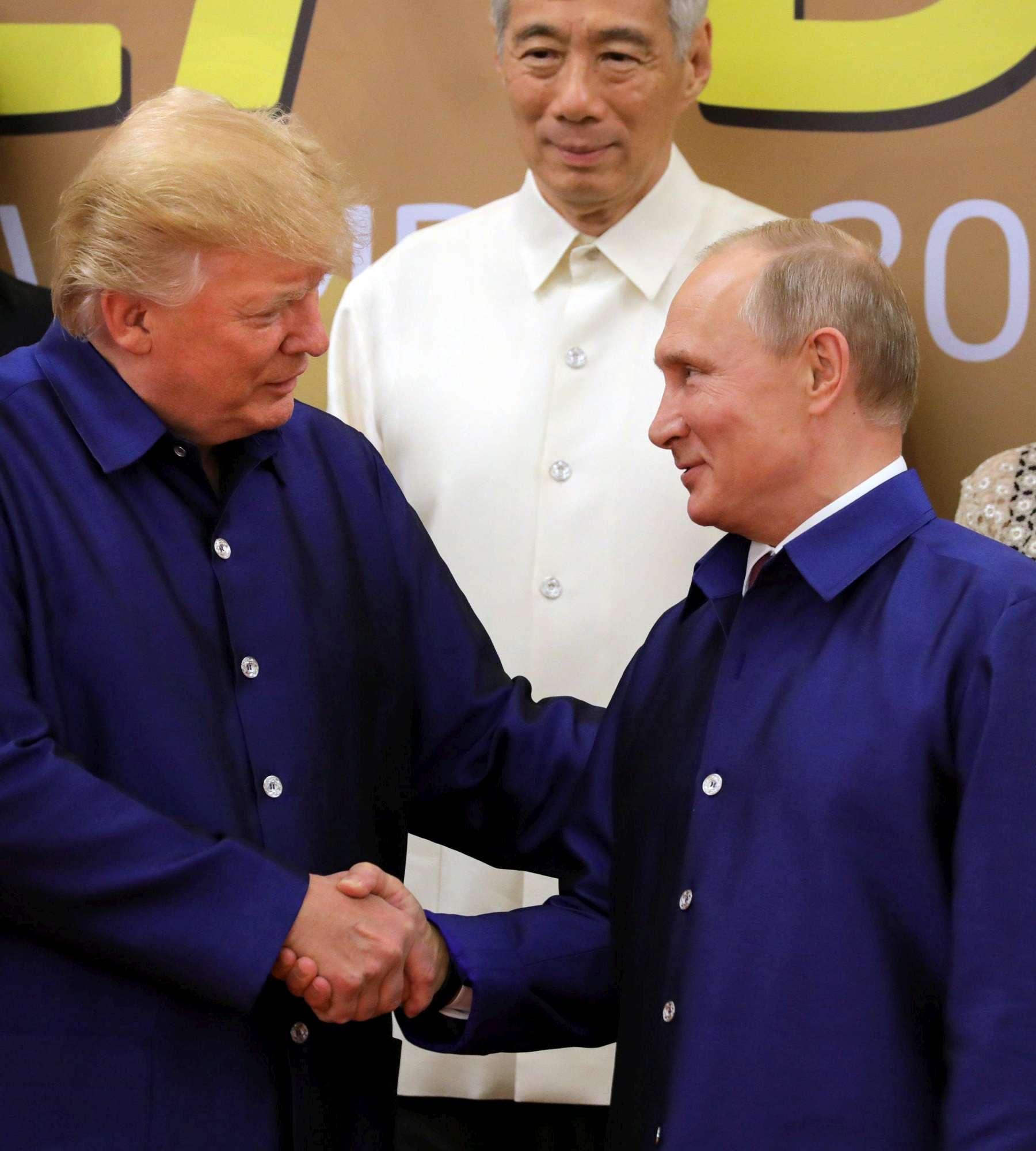 Vietnam, stretta di mano fra Trump e Putin: le immagini del vertice Apec