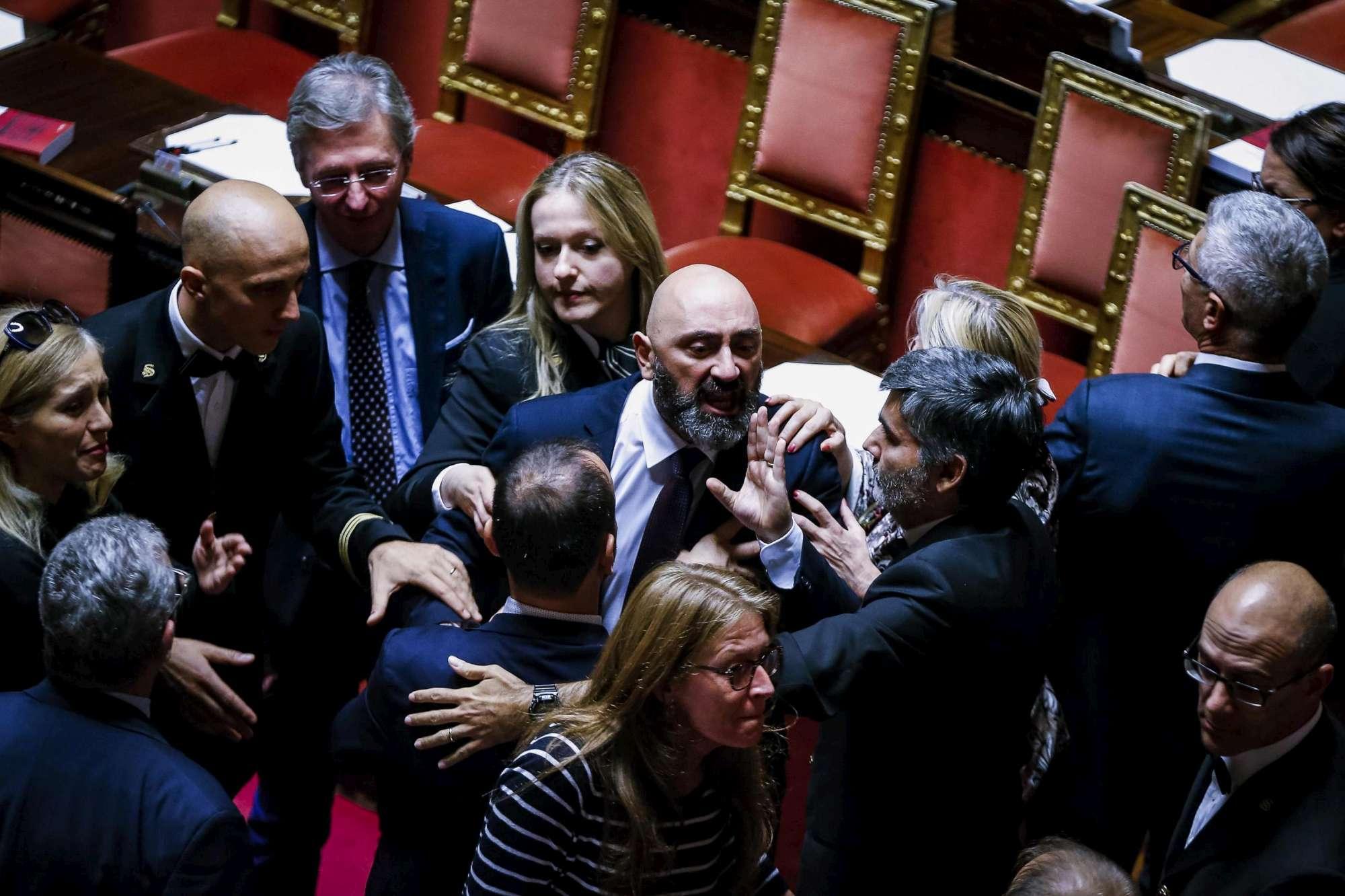 Rosatellum, caos in Senato: gesto dell ombrello e bende sugli occhi