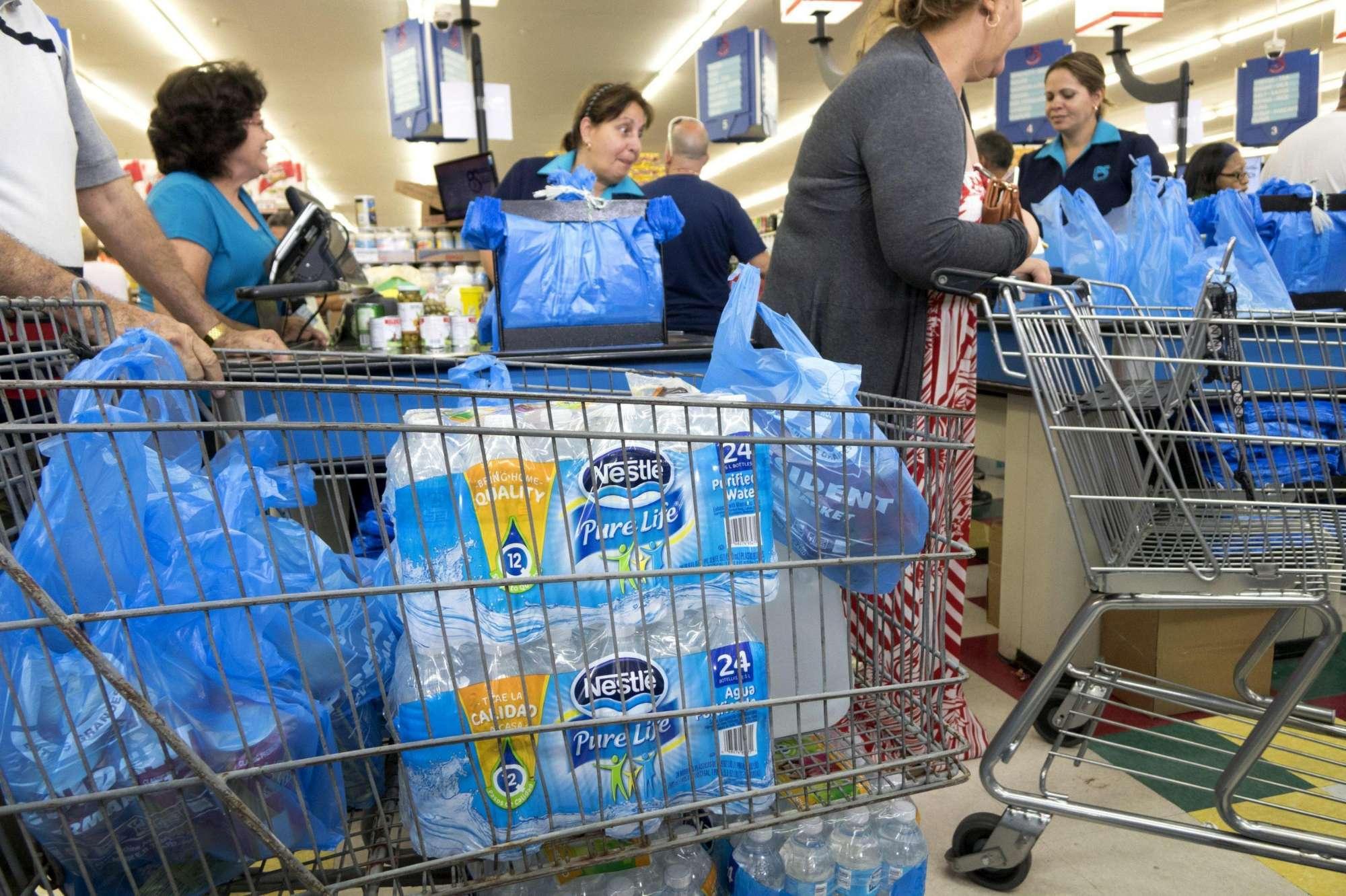 Scorte di cibo e pannelli per proteggere le abitazioni: la Florida si prepara all uragano Matthew