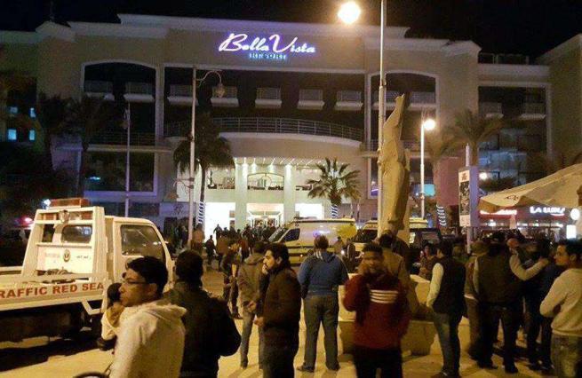 Egitto, in due assaltano resort a Hurghada: feriti tre turisti, ucciso uno degli jihadisti