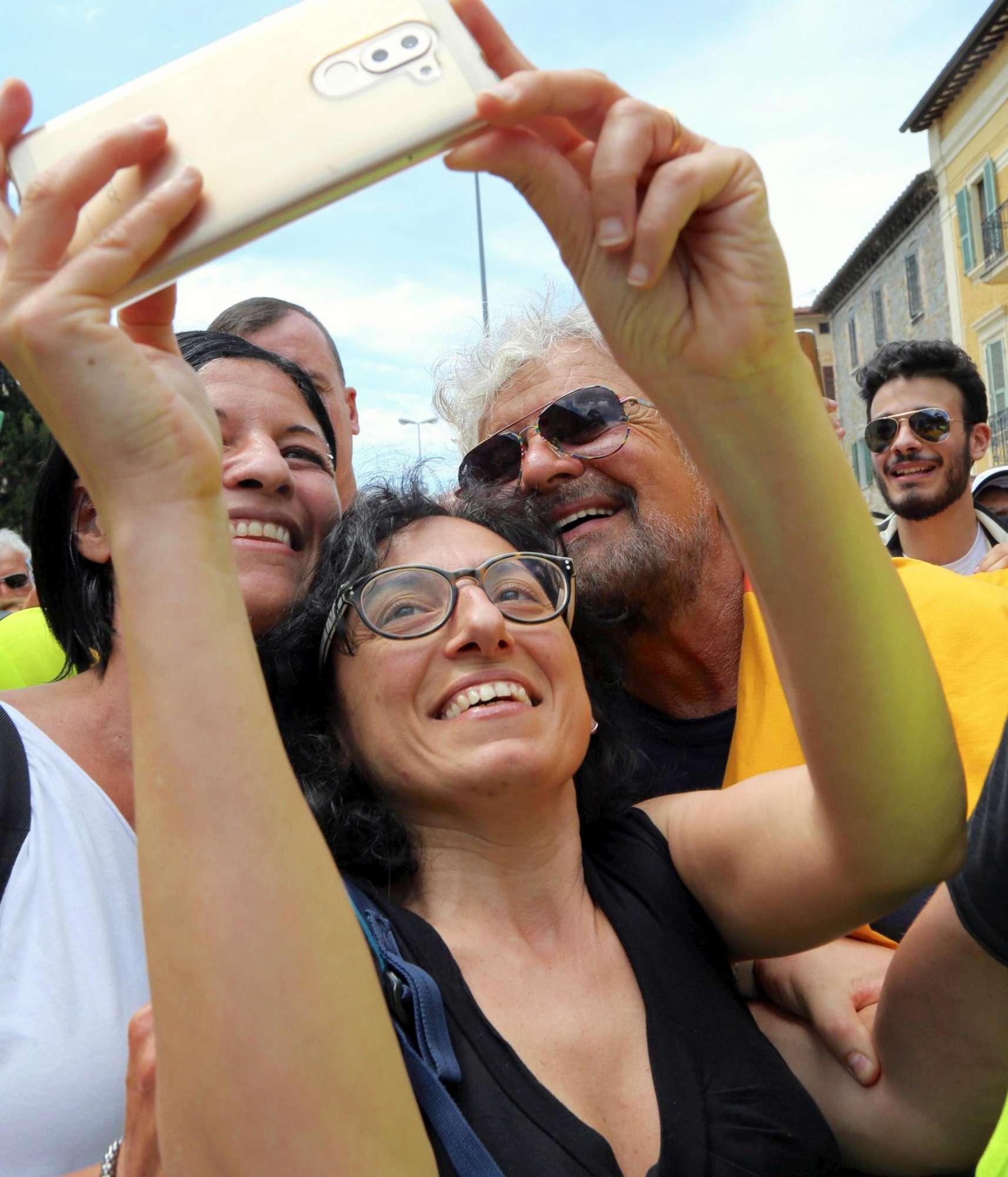Grillo e l M5s in marcia per il reddito di cittadinanza:  Siamo i nuovi francescani