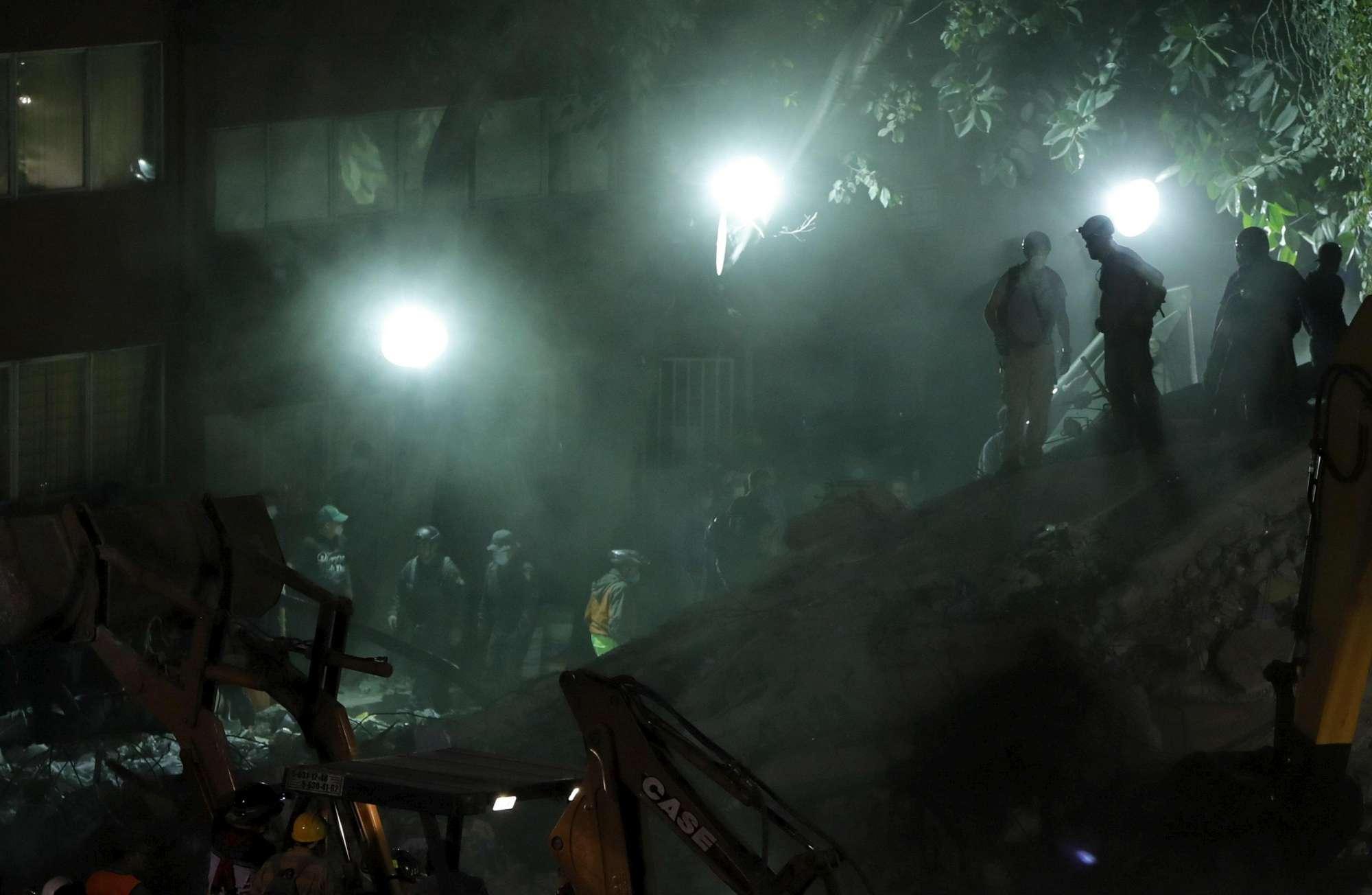 Terremoto in Messico, palazzi sgretolati: si scava tra le macerie