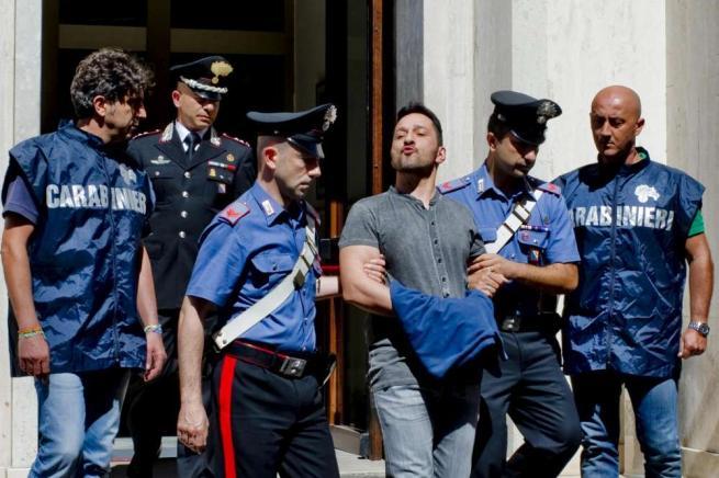 Camorra, preso il reggente del clan Cuccaro La folla tenta di strapparlo ai carabinieri