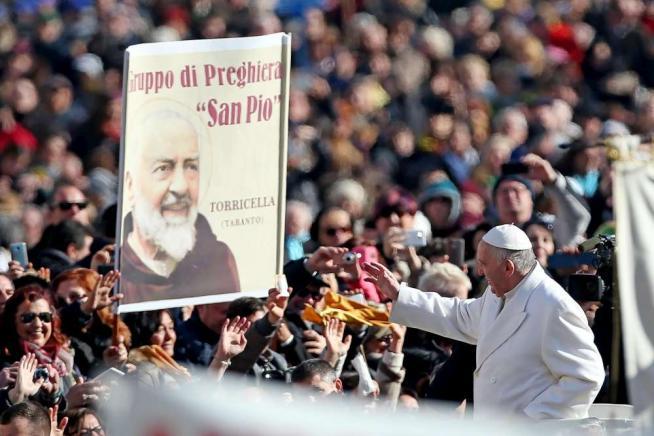 """Papa Francesco: """"La preghiera fa miracoli, voglio visitare la terra di San Pio"""""""
