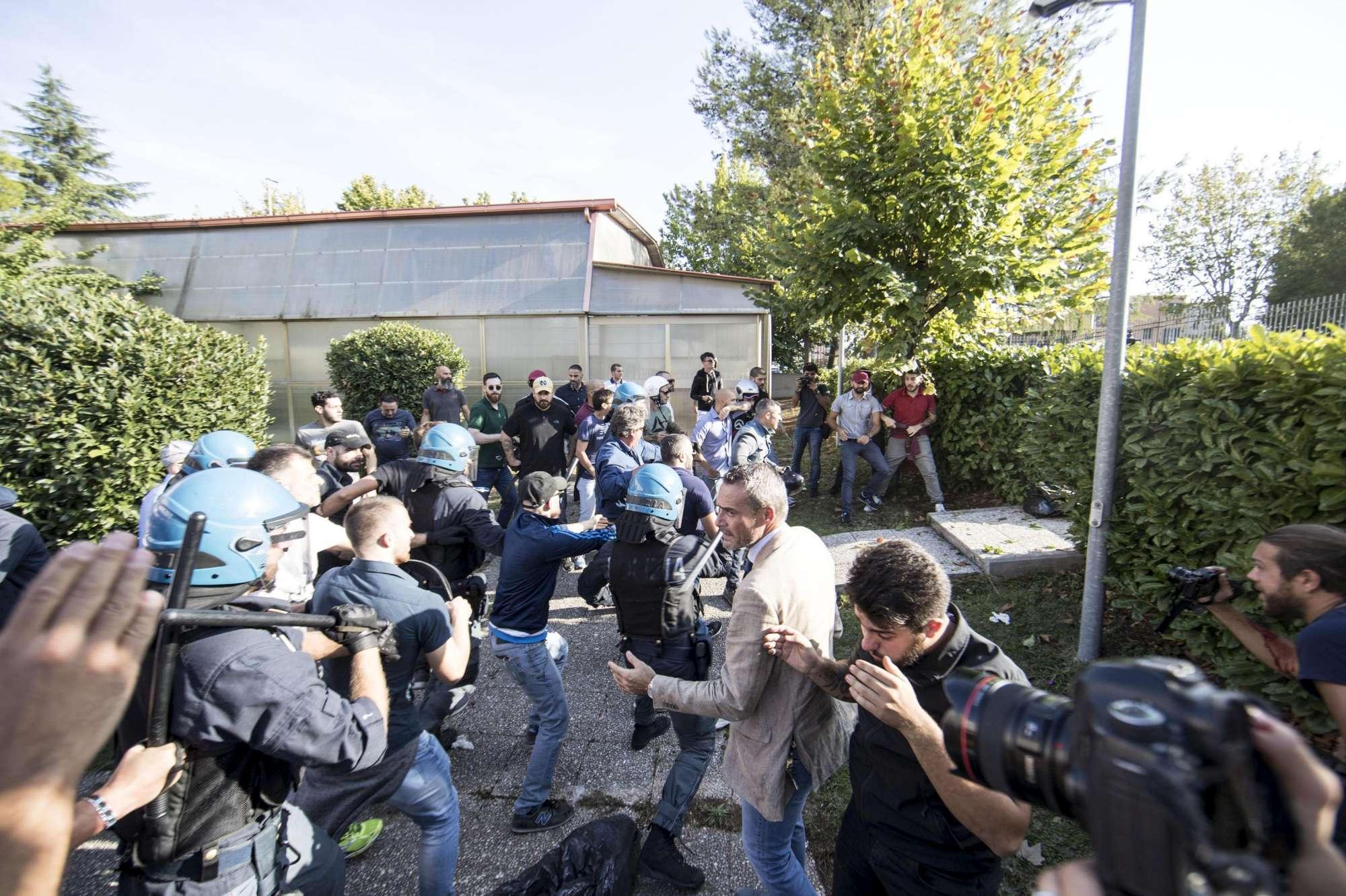 Roma, manifestazione movimenti casa: tensione tra fazioni