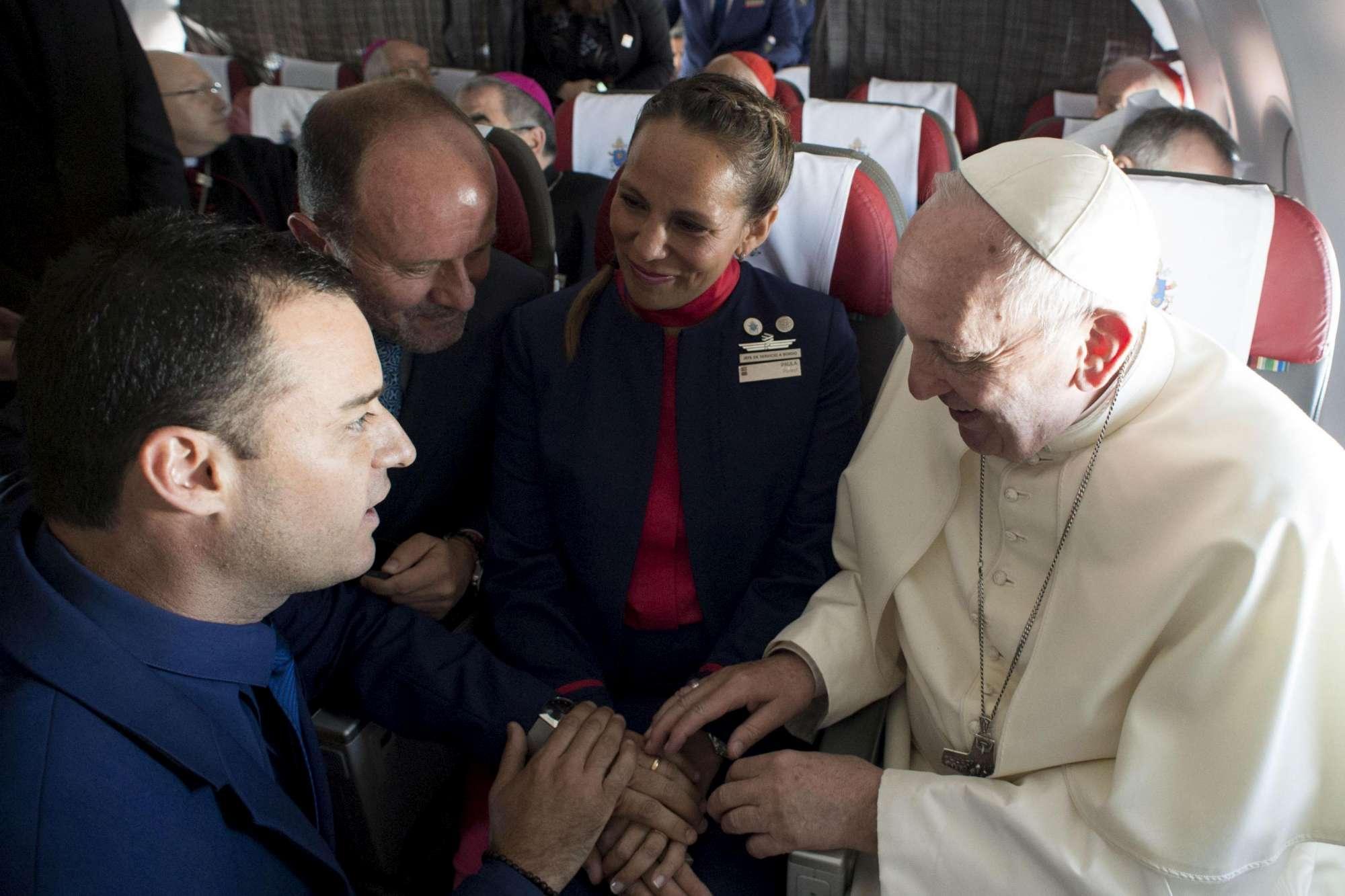 Papa Francesco sposa in aereo due assistenti di volo