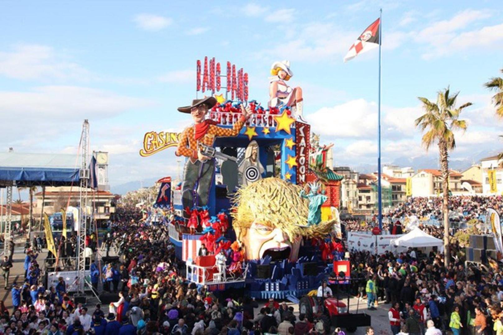I giganti di Carnevale sfilano a Viareggio