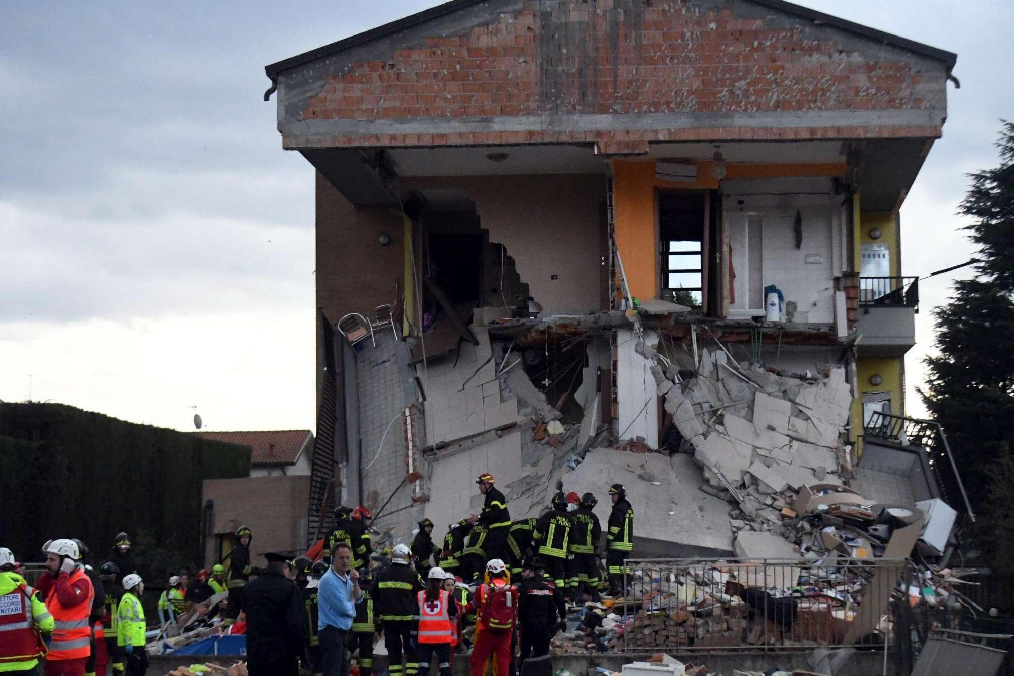 Rescaldina (Milano) - Cede palazzina dopo esplosione: estratte vive le nove persone coinvolte