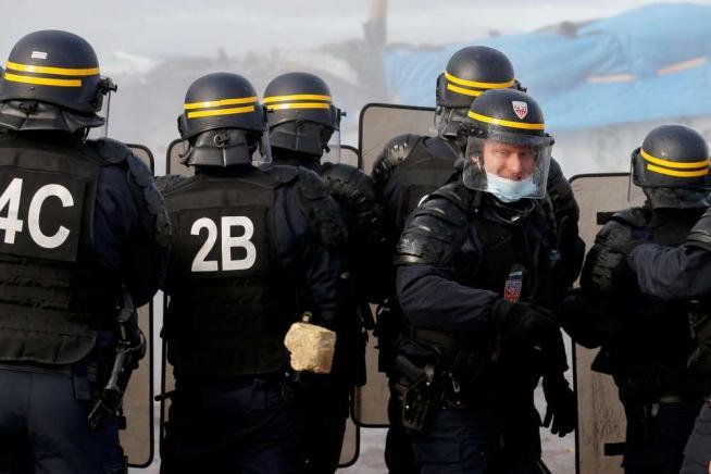 """Scontri tra polizia, attivisti e migranti: stop allo sgombero della """"Giungla"""" di Calais"""