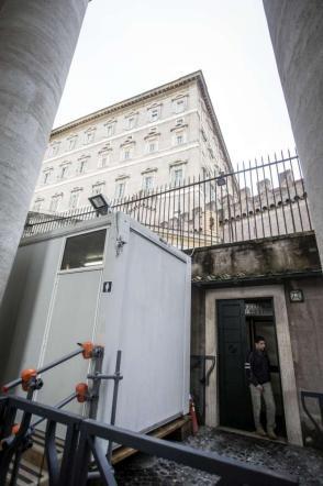 Roma, Papa Francesco aiuta i senzatetto: docce gratuite in piazza San Pietro