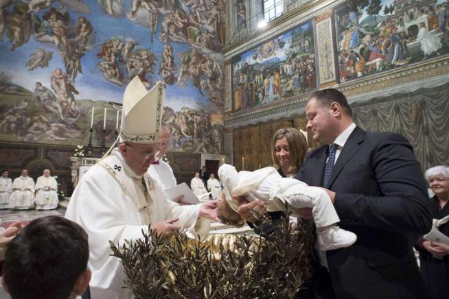 Il Papa alle mamme dei neonati: se hanno fame, allattate in chiesa