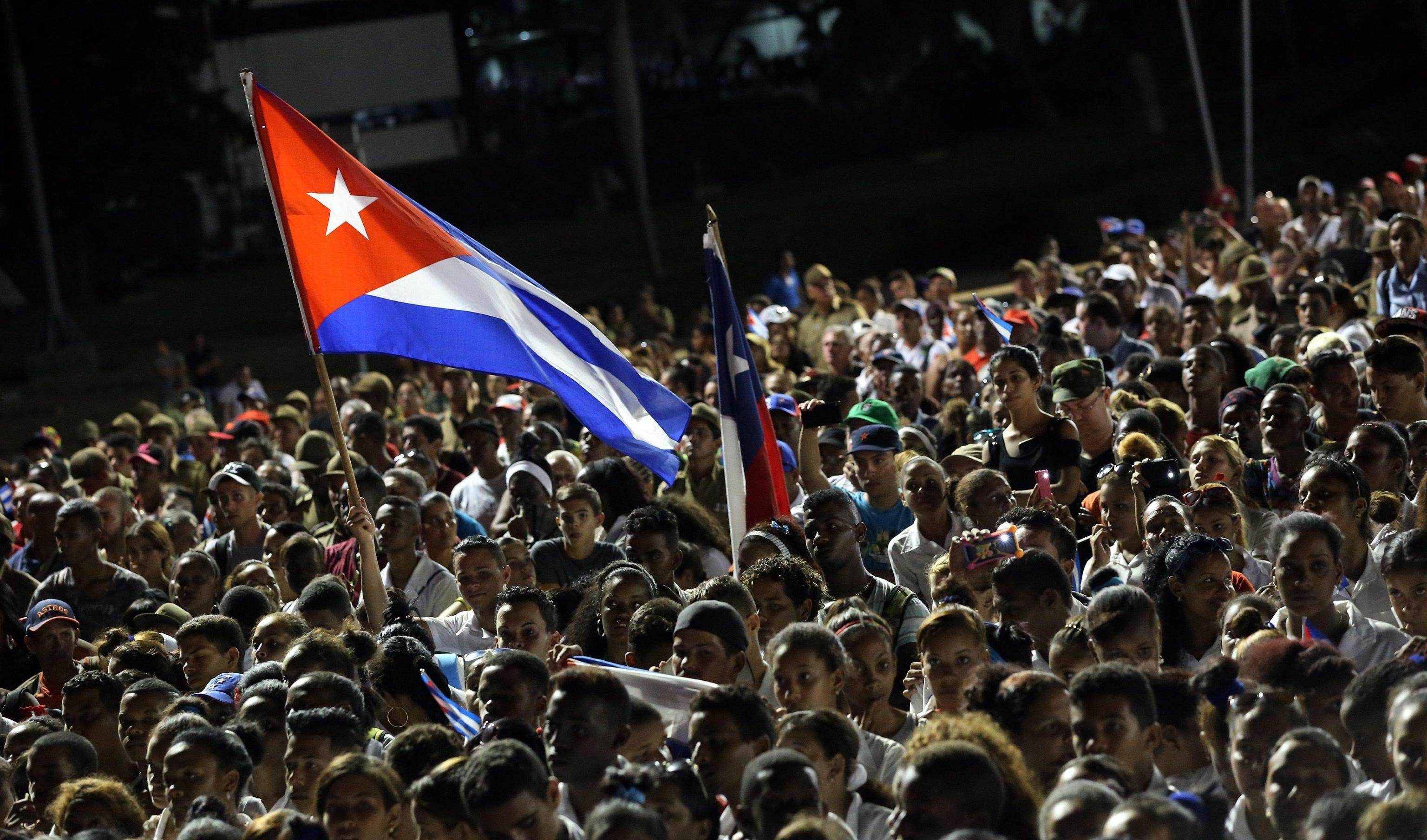 Santiago de Cuba, folla per l arrivo delle ceneri di Fidel Castro