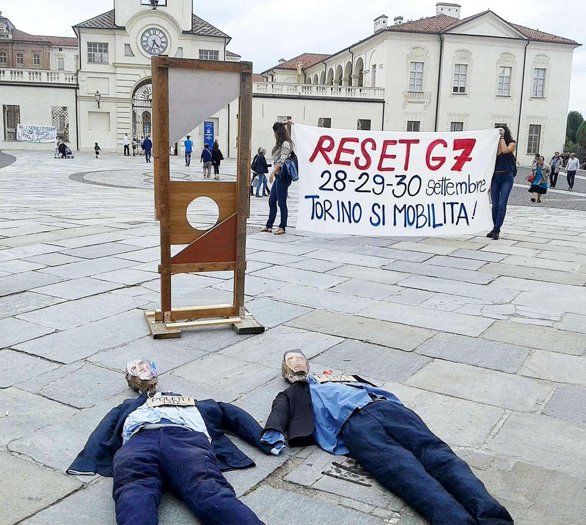 G7 Venaria, protesta shock contro Renzi e Poletti
