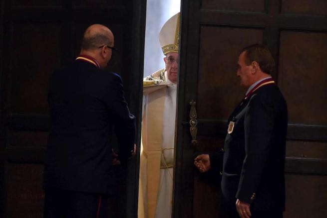 """Papa apre il Giubileo della Misericordia """"Basta con la paura"""", 70mila al rito"""