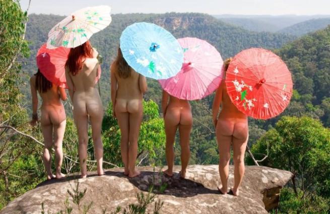 """I nudisti italiani: """"Come accettare il proprio corpo? Basta liberarlo degli abiti"""""""
