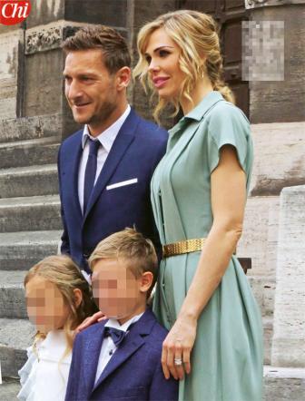 promozione speciale chic classico fornire un'ampia selezione di Ilary Blasi e Francesco Totti alla Prima Comunione dei figli ...
