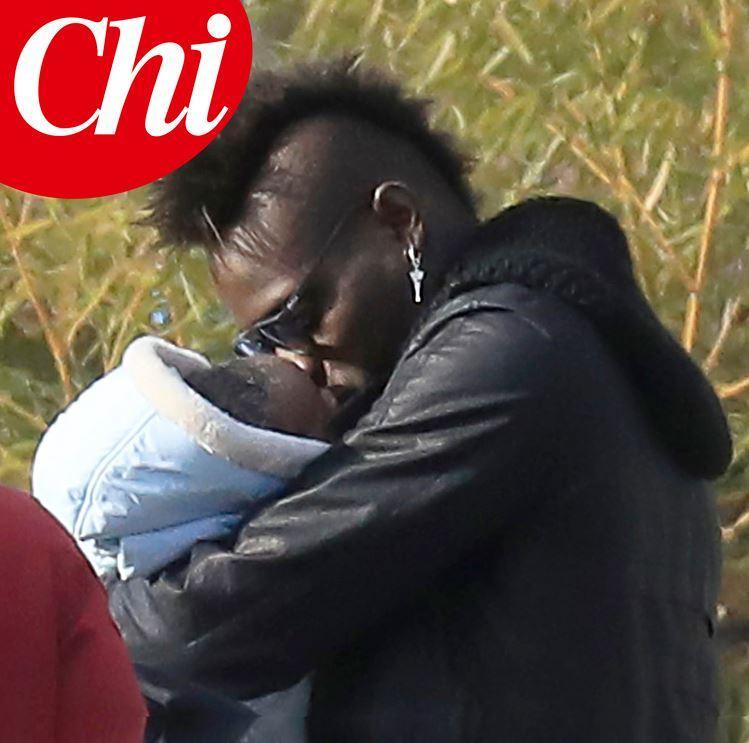 Mario Balotelli papà bis, eccolo insieme al secondo figlio Lion a Brescia