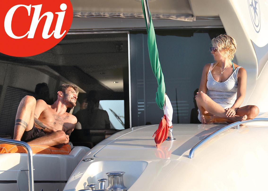 Stefano De Martino vogatore muscoloso con Maria De Filippi