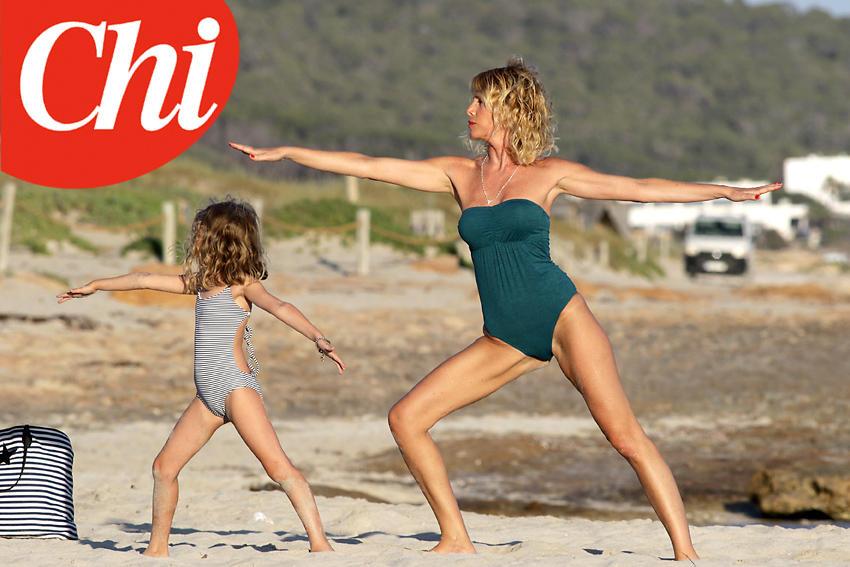 Alessia Marcuzzi, yoga tra ragazze in riva al mare