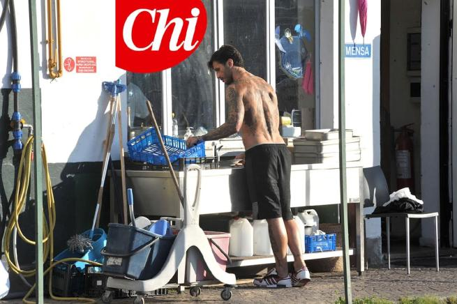 """Corona, le foto mentre lavora in comunità Don Mazzi: """"Lava, cucina e riga dritto"""""""
