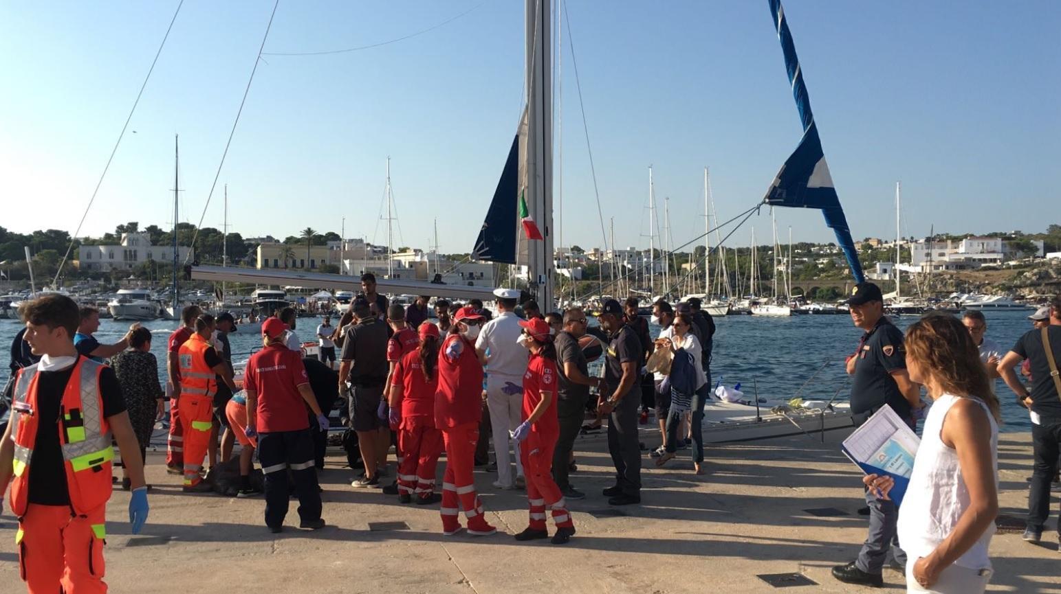 In barca a vela a Santa Maria di Leuca: 86 migranti approdano dopo una settimana di viaggio