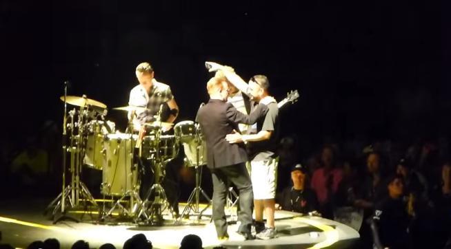 U2, The Edge non ricorda gli accordi e Bono fa suonare la chitarra a un fan